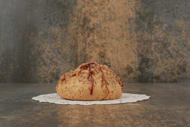 Deliciosos pasteles sobre fondo de mármol.