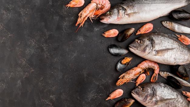 Deliciosos pescados y camarones frescos