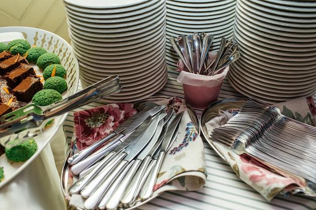 Deliciosos platos en la mesa para la fiesta