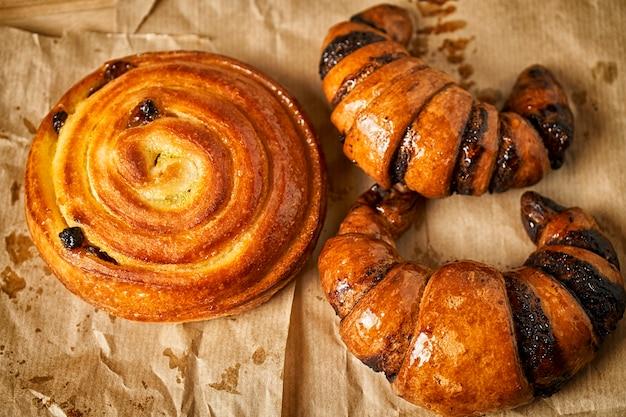 Deliciosos productos de panadería recién horneados.