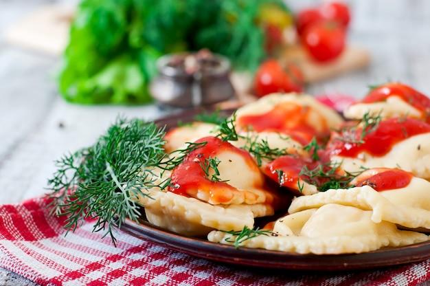 Deliciosos ravioles con salsa de tomate y eneldo