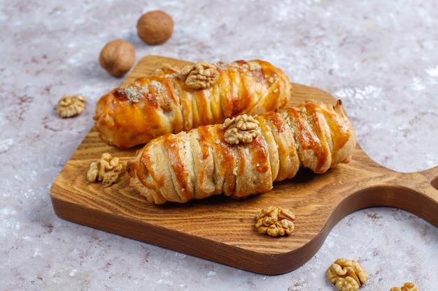 Deliciosos rollos de nueces caseros.