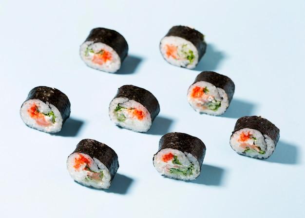 Deliciosos rollos de sushi alineados en la mesa