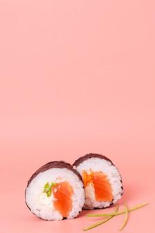 Deliciosos rollos de sushi con espacio de copia