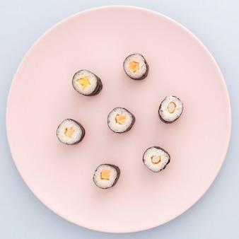 Deliciosos rollos de sushi listos para ser servidos