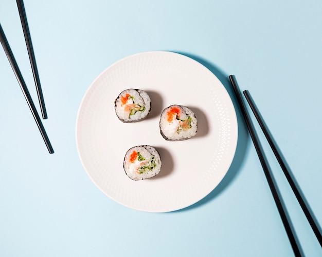 Deliciosos rollos de sushi en placa