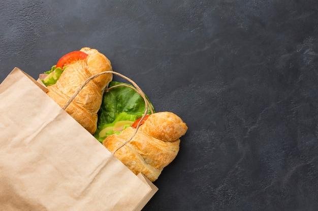 Deliciosos sándwiches en bolsa de papel
