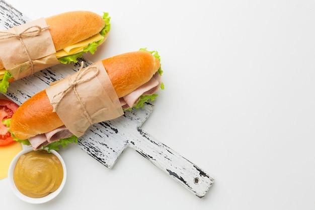 Deliciosos sándwiches con espacio de copia