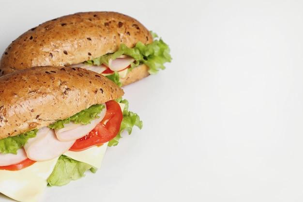 Deliciosos sándwiches con lechuga