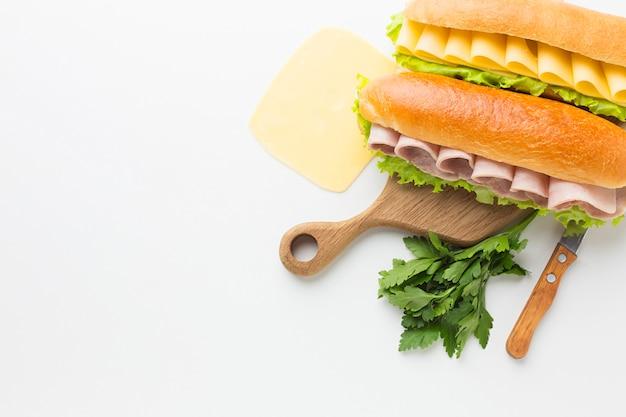 Deliciosos sándwiches y rebanada de queso