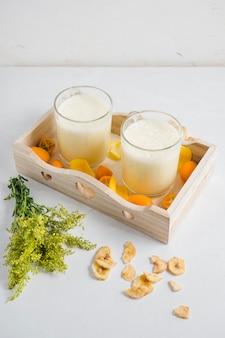 Deliciosos smoothies en caja de madera
