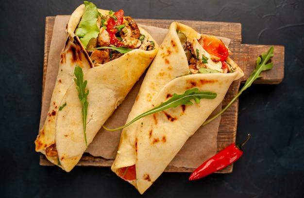 Deliciosos tacos mexicanos con ensalada sobre fondo de hormigón. cocina mexicana