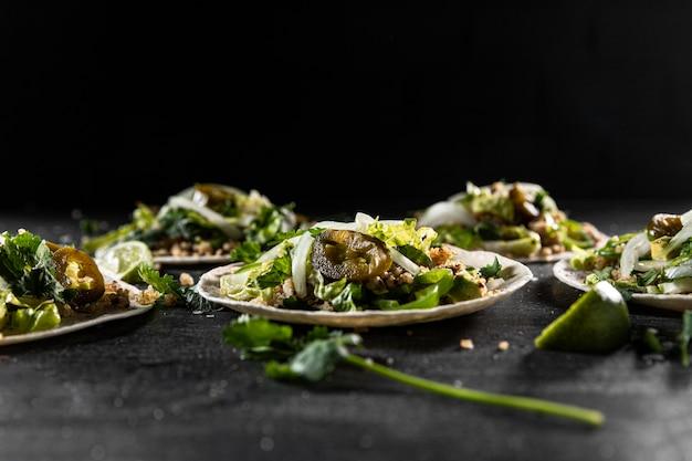 Deliciosos tacos en platos