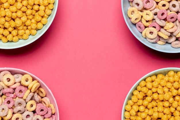 Deliciosos tazones de cereales con copia espacio de fondo