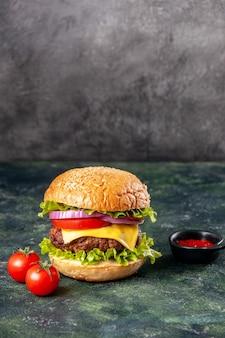Deliciosos tomates ketchup sándwich con tallo en la superficie de color oscuro de mezcla con espacio libre