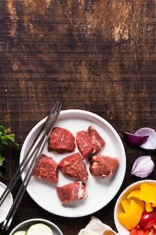 Deliciosos trozos de carne de comida rápida árabe copia espacio