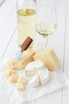 Deliciosos trozos de queso y vino blanco.