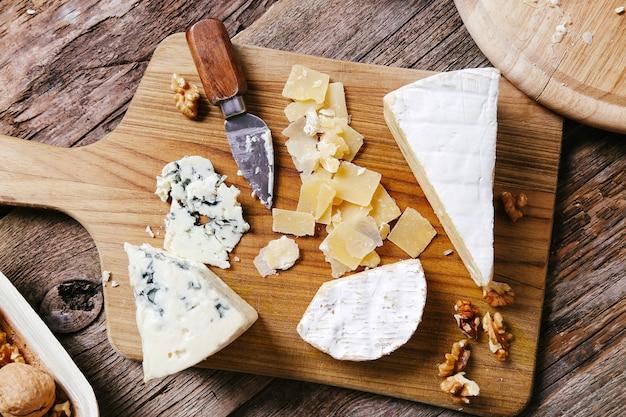 Deliciosos trozos de tabla de madera de queso