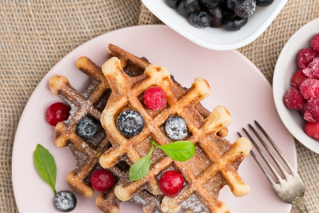 Deliciosos waffles con frutas planas