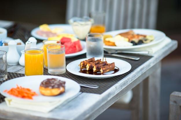 Deliciosos waffles, pastel, café y jugo se sirven para el desayuno en el restaurante del resort