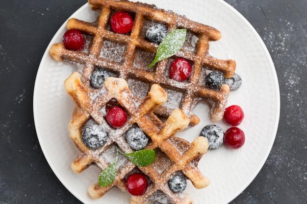 Deliciosos waffles con vista superior de frutas