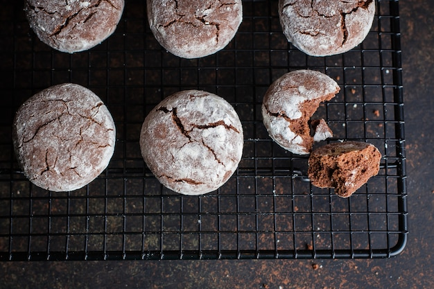 Deliciouse galletas crujientes de chocolate hechas en casa con rejilla de azúcar en polvo para enfriar