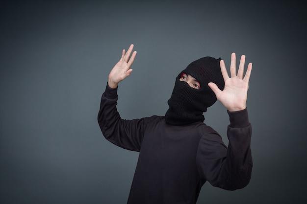 Los delincuentes usan una máscara en negro sobre gris
