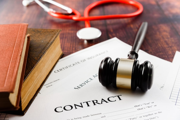 Un demandante lleva al tribunal un contrato de seguro médico para que el juez lo decida.