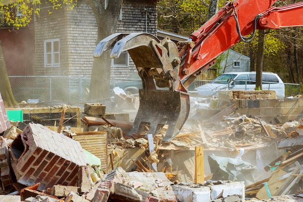 Demolición de una casa antigua. proyecto de nueva construcción.