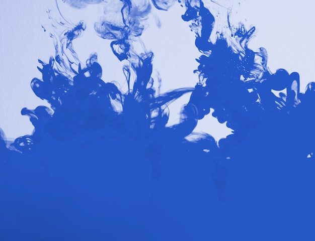 Densa nube azul brillante de neblina