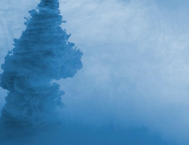 Densa nube azul de neblina