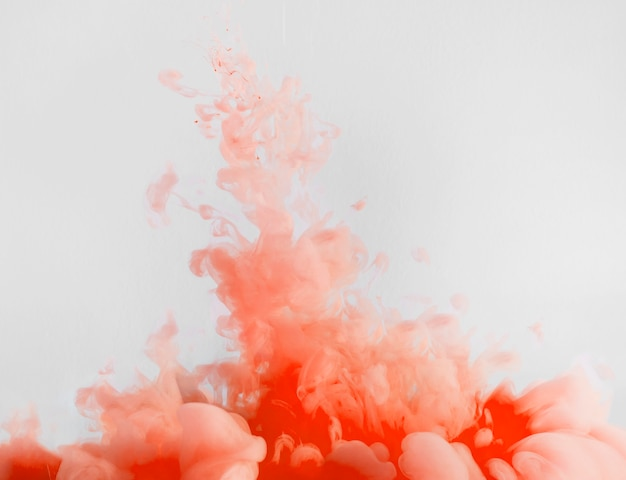 Densa nube roja que fluye