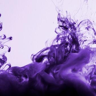 Densa nube de tinta violeta brillante