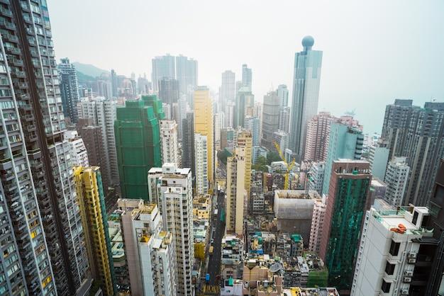 Densos rascacielos urbanos en hongkong, china