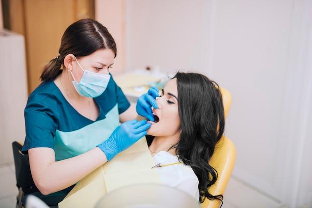 Dentista curando los dientes del paciente.