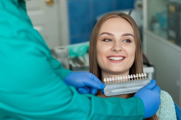 Dentista examinando los dientes de un paciente en la clínica dental.