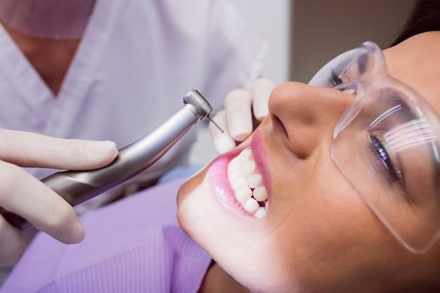 Dentista examinando paciente femenino