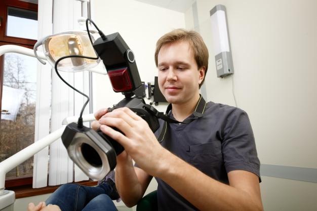Dentista haciendo fotos de pacientes sonríen