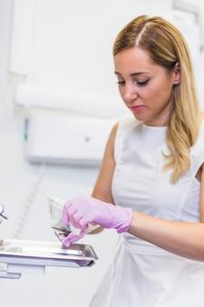 Dentista haciendo preparación para chequeo dental.