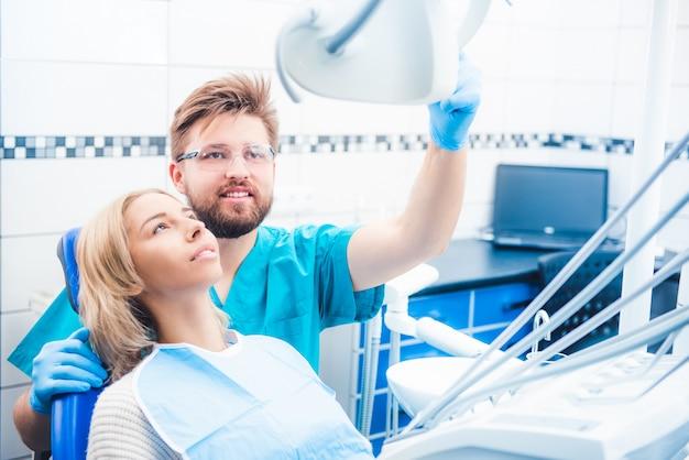 Dentista con lámpara especial