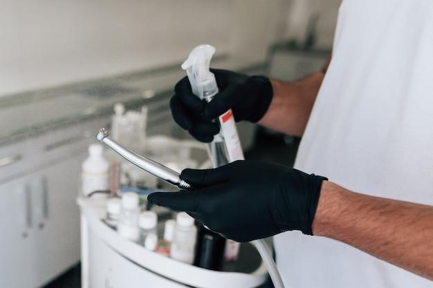 Dentista limpieza de equipos quirúrgicos