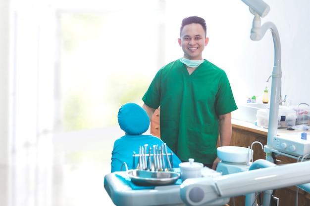 Dentista masculino en la clínica