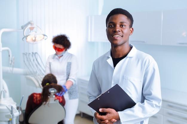 Dentista negro en una clínica dental