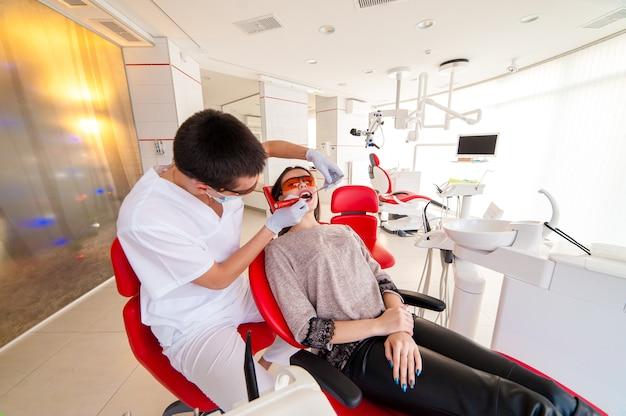 El dentista pone el sello de una hermosa niña.
