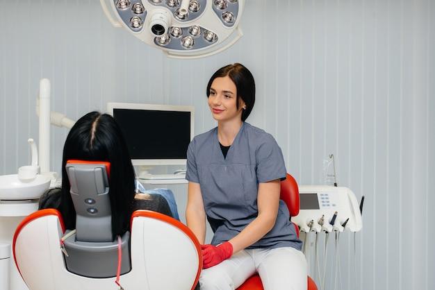 El dentista realiza un examen y consulta del paciente. odontología