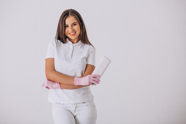 Dentista de sexo femenino con las herramientas de la odontología aisladas