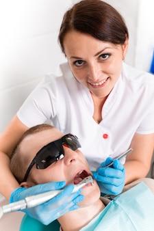 Dentista trata un diente a un paciente masculino