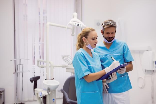 Dentistas interactuando entre ellos