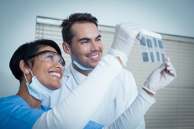 Dentistas que miran la radiografía