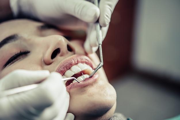 Los dentistas tratan los dientes de los pacientes.